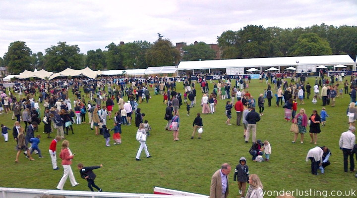 Crowds trading the divots